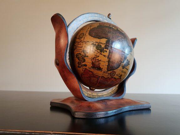 Kleine Globe wereldbol in leer